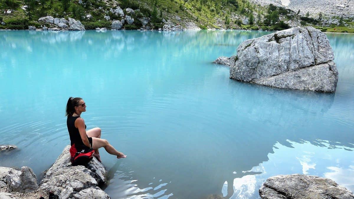 Der wunderschöne Sorapis See am tre croci pass in den Dolomiten