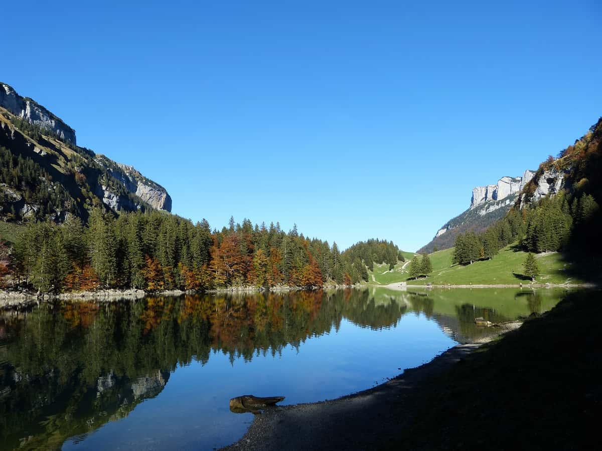 Der Seealpsee im Alpstein in der Schweiz